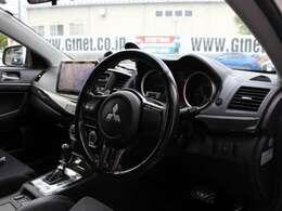 コルトスピード製のカーボンステアリングカバー装備のステアリングでレーシーな雰囲気を演出してくれます!