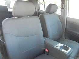 運転席脇にはひじ掛けとカップホルダーが付いています