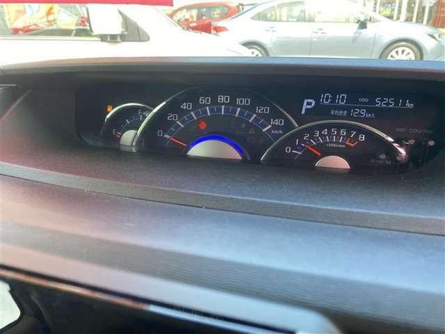 スピードメーターは真ん中にあるので視線が行きやすく見やすいです!