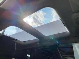 オープンエアルーフ★オプションでMy skyという、オープンルーフを選択できる。これは、ガラスではなく脱着式のパネルになっていて、前側は電動でスライドも出来る。開ければ開放的です☆