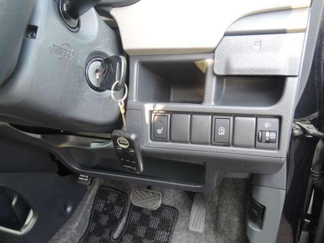 アイドリングストップやシートヒーターのスイッチが並んでおります。また、保証対象外ですが、社外エンジンスタ-タ-も付いております♪