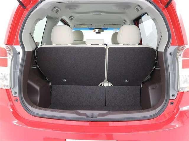 リヤシートを起こしている状態でも収納スペースはしっかり確保できます♪