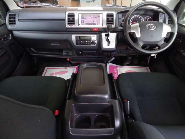 クリーニング済みの綺麗な運転席!気持ち良くお乗り頂けます!Wエアバック・ABS・キーレス・電格メッキミラー・左右パワーウインドウ・オートエアコンと快適装備!車両状態良く自家用車兼用にもおすすめ!