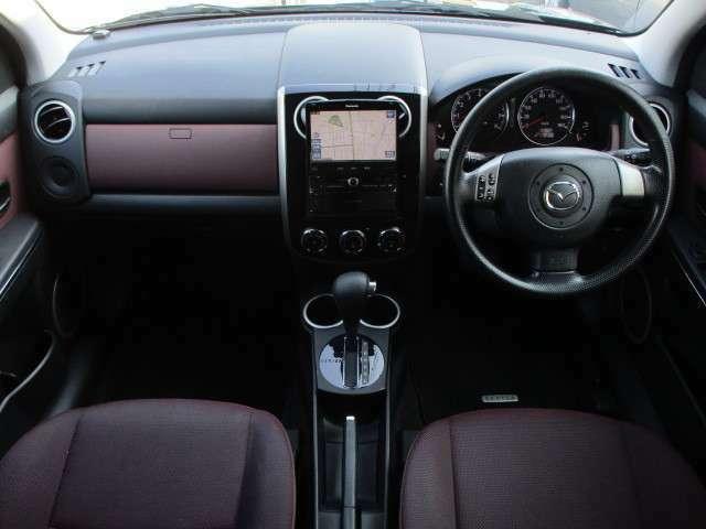 内装はブラック×パープルを基調としたシックで落ち着いた雰囲気の車内になってます♪パネル類もキズ等も少なくキレイな状態です♪