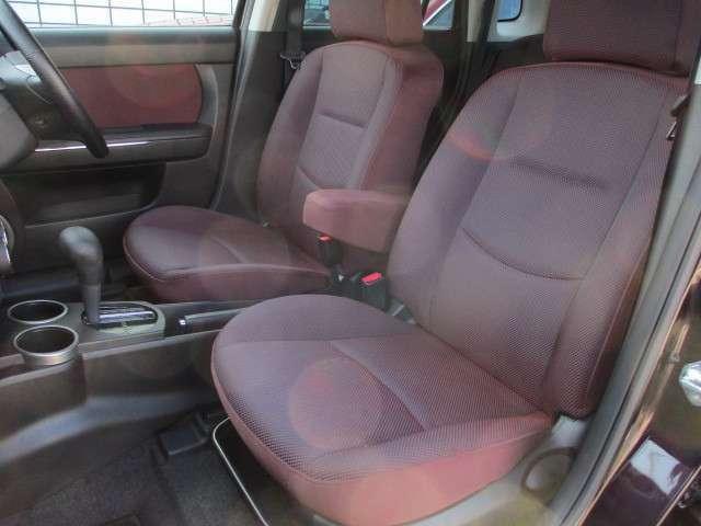 運転席・助手席共シートに目立つ擦れやキズ等もなくキレイな状態です♪運転席には折りたたみ式の肘掛けが装備されております♪