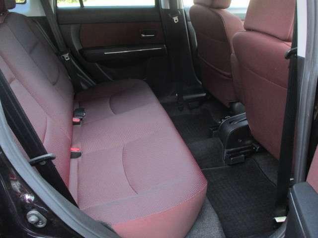 後部座席シートにもキレや破れ焦げ穴等もございません♪使用感の少ない清潔感の有る車内になっております♪汚れがちなフットマットも使用感が少なくキレイな状態です♪