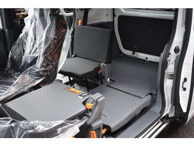 ■助手席側のシートは前から後ろまで本当のフルフラットを実現■