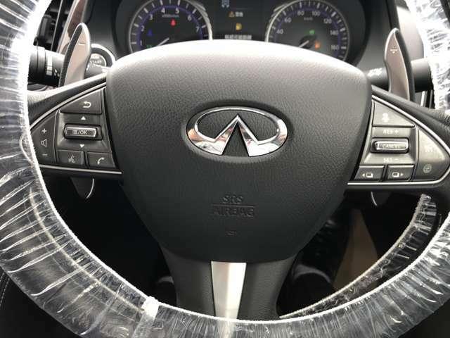 ステアリングスイッチを搭載、音量調整・チャンネル変更等ができる便利機能と高速道路で一定の速度を設定してアクセル操作が不要なクルーズコントロール機能もあります。もちろん車間距離も設定できます。