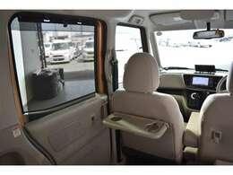 フロントシートの後面にはドリンクホルダー付きの簡易テーブルも装備されています。