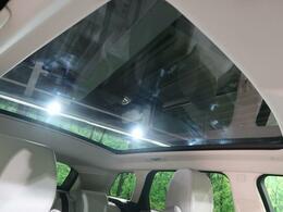 オプションのパノラミックガラスルーフ。後部座席までしっかり開閉します。この装備があるだけで室内の解放感が上がり素敵なドライブを存分にお楽しみいただけます。