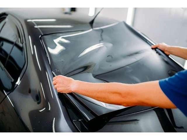 Bプラン画像:ウインドウフィルム施工になります。フィルム濃度もご指定頂けます。車内の冷却効果が期待できます。運転席・助手席以外のガラス面の貼り付け施工となります。