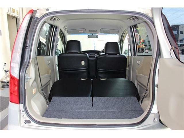 後部座席も簡単に倒せます♪コンパクトなボディでありながら、大きな荷物もしっかり積み込めます☆
