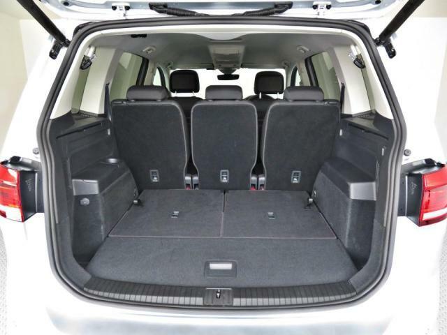 サードシートを倒せば広大なラケッジスペースが確保されます。