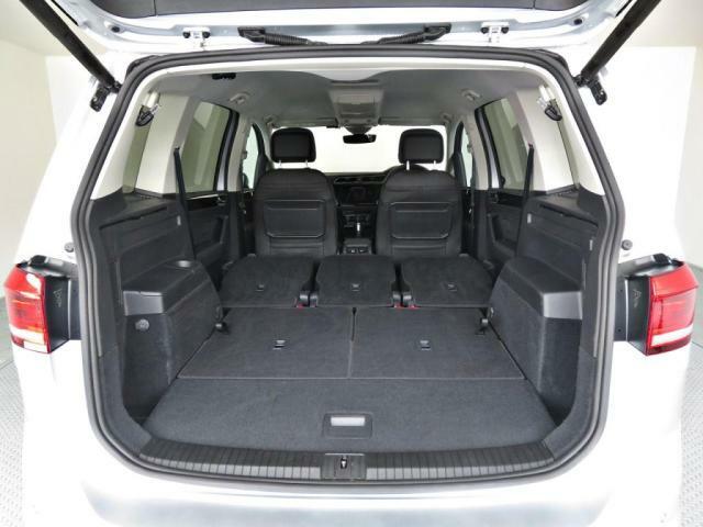 セカンドサードシートを倒せば車中泊可能な広さを確保出来ます。