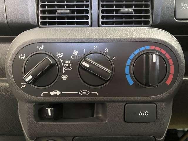 操作しやすいマニュアルエアコンを搭載しています。