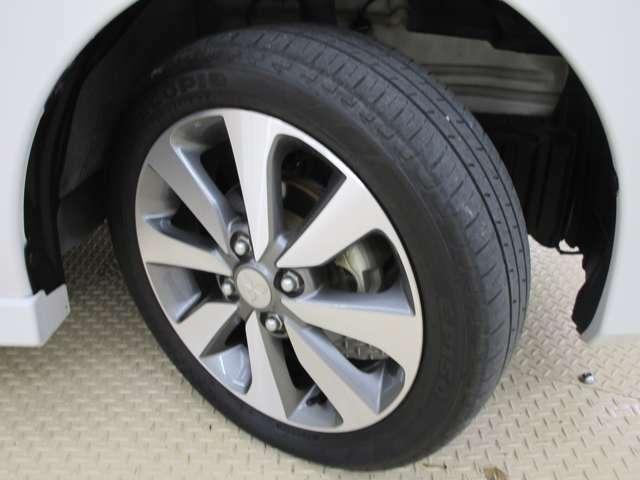 純正アルミホイール。タイヤサイズは165/55R15になります。