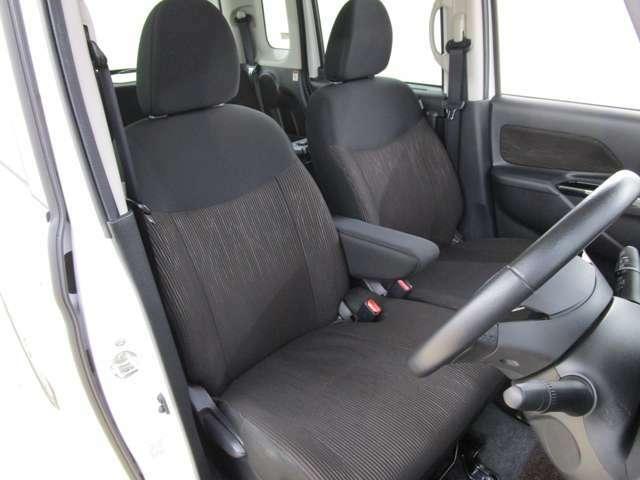 運転席からの画像です。運転席ハイトアジャスター付き。アームレストを装備しています。