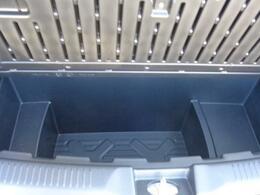 ラゲッジフロアの下には【ラゲッジアンダーボックス】が。取り外して水洗いもできるのでアウトドアや汚れたものの収納にも柔軟に対応できます。