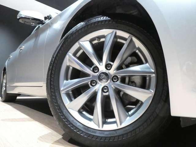 シンプルですがデザイン性の良い純正17インチアルミ装着しています!タイヤの残り溝もまだ十分ございます!