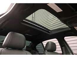 開放感ある室内空間をご堪能いただける【電動ガラスサンルーフ】が新車時オプションにて装備されております。