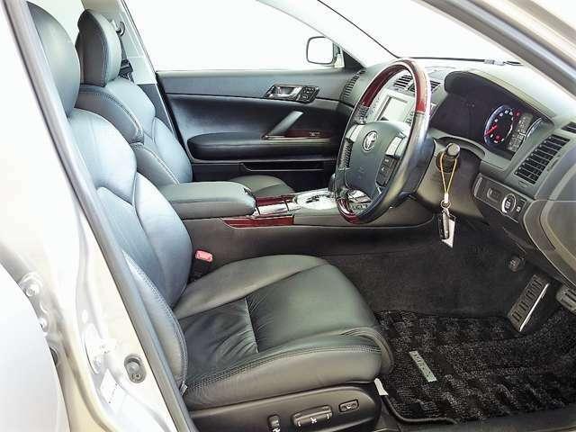高級感ある革シートが装備されています。座り心地がとてもいい感じです♪前席電動シートで細やかな位置設定ができます