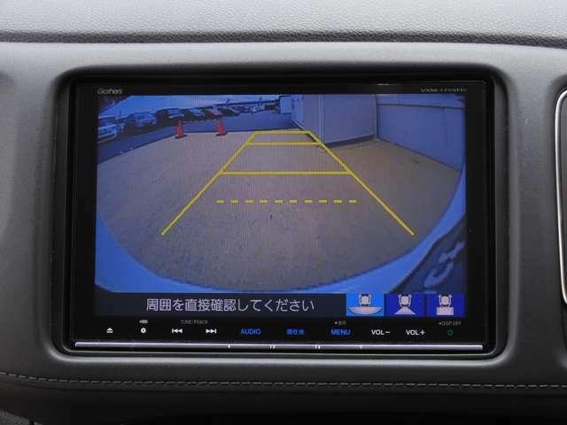 バックの苦手な方や運転に自信のない方でも安心して車庫入れが簡単に出来るリバース連動リアカメラが装着されています。テールゲート下やトランクフード下の見えない障害物も映るので安心です。
