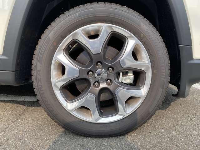 タイヤは18インチのアルミホイールです