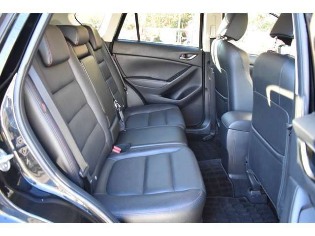 後部座席は足元も広くゆったりと乗車出来ます!