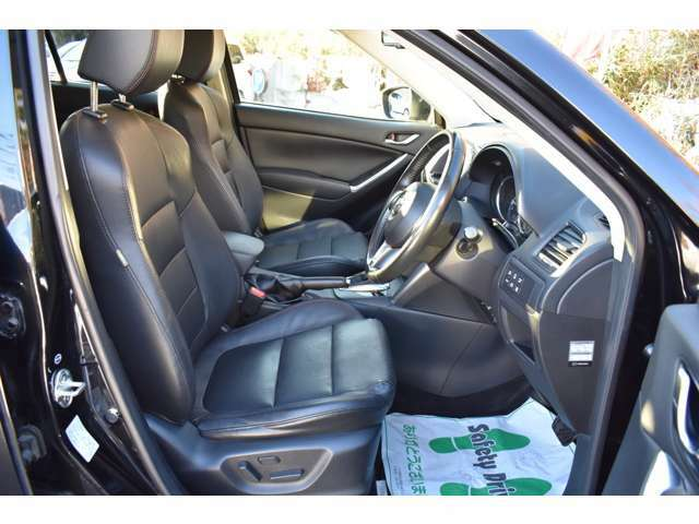 ブラックレザーシートは高級感があります!パワーシート シートヒーター等、装備充実です!