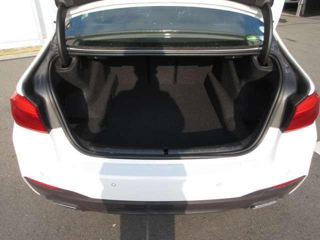 トランクルームは、スペース的にも十分な広さではないでしょうか。後部座席のシートを倒す事もできますので、大きい荷物の収納も可能です。