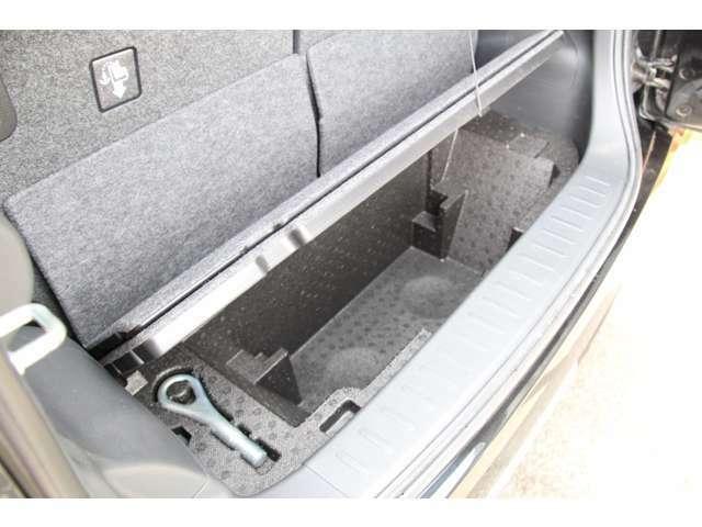 荷室下にも掘込式の収納スペースが。ボードを立てて背の高い荷物を載せることも可能です。
