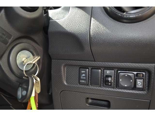ハンドル下にはスイッチ類。キーレスエントリー付き