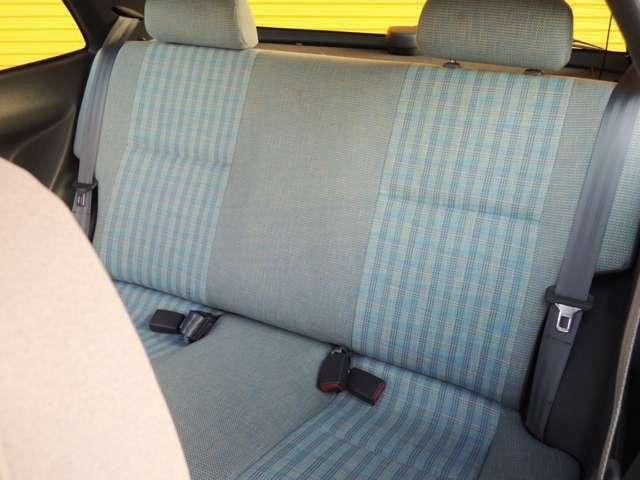後部座席もともに使用感が少ないです。リアシートは一体式です