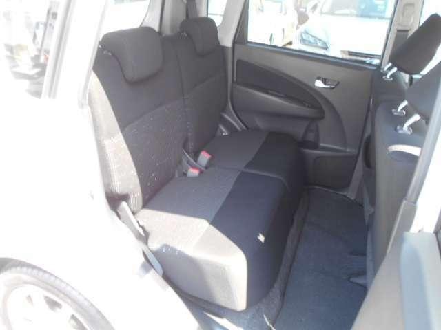 リヤシートは、リクライニングとスライド機能があり、大変快適な座り心地です。