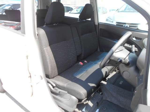 フロントシートは、誰が座っても快適な、ベンチシートタイプです。中央に大きなアームレストが付いています。