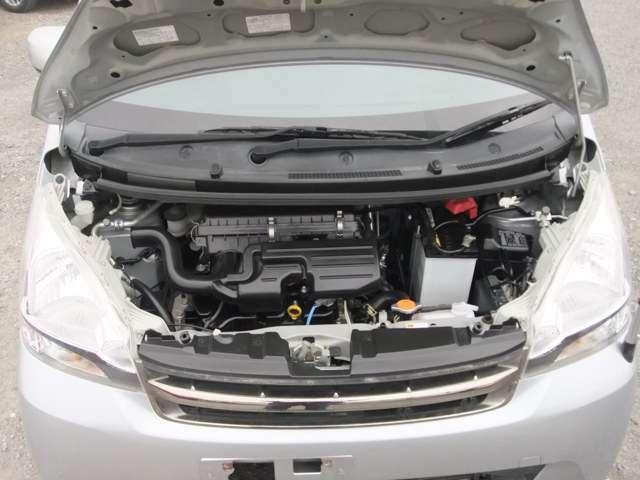 エンジンは車の心臓部です。このエンジンルームが汚いとトラブルの基になります。当店では専用の溶剤を使用して徹底的に綺麗にします。