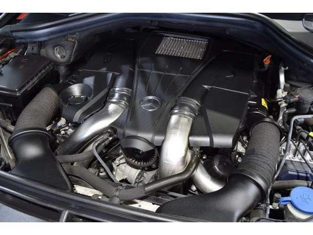 心臓部には4,700ccV型8気筒ツインターボチャージャー搭載エンジンが備わります!大きな車体もスムーズに躍動します!