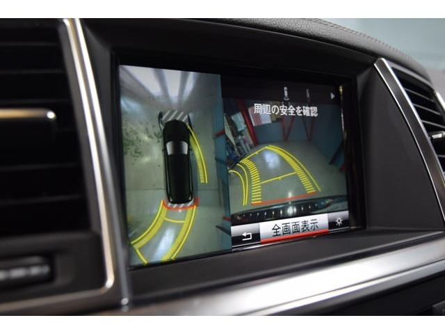 360度カメラ&リアビューモニター!リバースに連動し、車両周辺の映像をディスプレイに表示!障害物を検知するパークトロニックセンサーも装備しております!