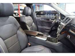 グレーステッチ入りブラックレザーシートを装備!シートヒーター・ベンチレーター・メモリー機能・ランバーサポートなど多機能設計です!