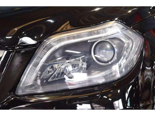 視認性に優れたキセノンヘッドライトを搭載!交通状況に応じて様々な配光モードで運転手の視野をサポートするインテリジェントライトシステムやシーンに併せて光軸の自動調整を行うアダプティブハイビームを搭載!