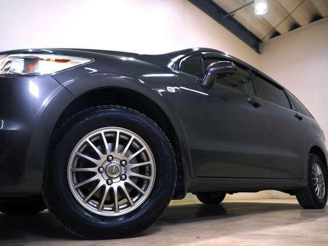 ホイルは社外15インチアルミホイルになります。タイヤは夏冬セットでお付けしますので、余計な出費もかさまず安心です。タイヤサイズ205-65-15。