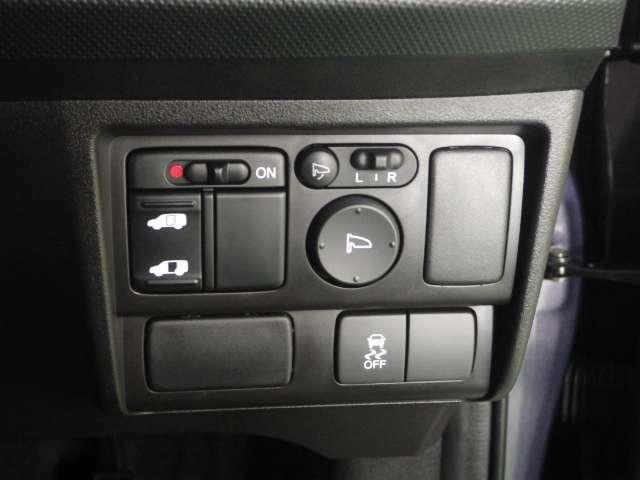 【左側パワースライドドア】左側がパワースライドドアになっており、運転席のスイッチやキーレスエントリーのボタンからでも開閉が可能です!狭い駐車場でのお子様の乗り降りに便利です!