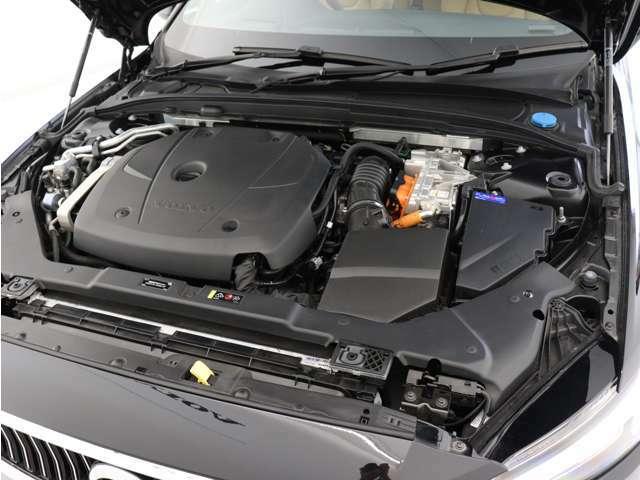 ターボチャージャーとスーパーチャージャーを備えたパワフルなガソリンエンジンと、電気モーター。