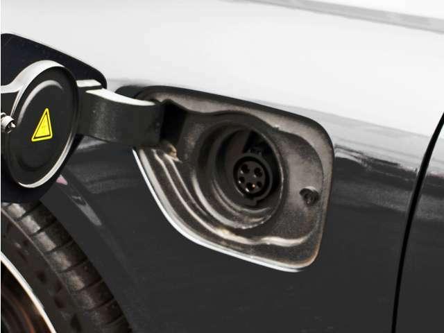 専用コードを接続するだけで簡単に充電が行えます。プラグインハイブリッドモデルT6 Twin Engine AWDは、走行中の充電のほか、自宅などに設置された充電機器からの充電が可能です。