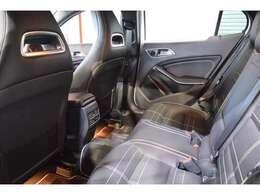 後席は成人の方が乗ってもゆとりあのあるスペースが確保されております。リアガラスは社外からの視線を防ぐプライバシーガラスを設定しております♪