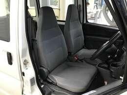 【フロントシート】使用頻度が高いからこそ気になるポイントの一つです。きれいな状態で目立つキズや汚れはありません。