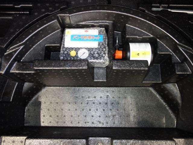 タイヤがパンクした時の応急修理キットです。スペアタイヤがないことにより軽量化でき環境にもいいです。