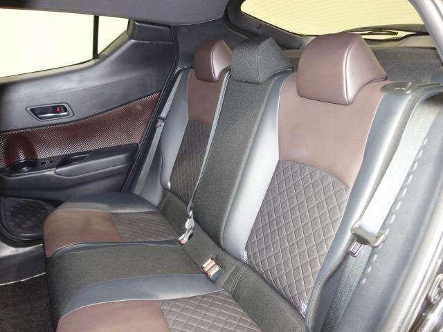 足元広々でゆったりとした後席ですね。リラックスできて快適なドライブはいかがでしょうか。
