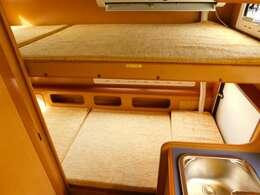 後部常設2段ベッド 上段サイズ184cm×80cm 下段サイズ186cm×75cm エアコン室外機段差有り