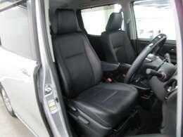 ブラックで洗練されたデザインと合成皮革シートでワンクラス上の質感の運転席回り。
